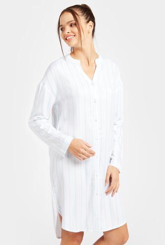 قميص نوم مقلّم بياقة V وأكمام طويلة