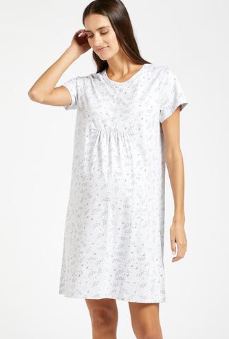 فستان نوم للحوامل بياقة مستديرة وأكمام قصيرة وطبعات تزينه بالكامل