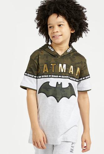 تيشيرت بأكمام قصيرة وقبعة وطبعات باتمان