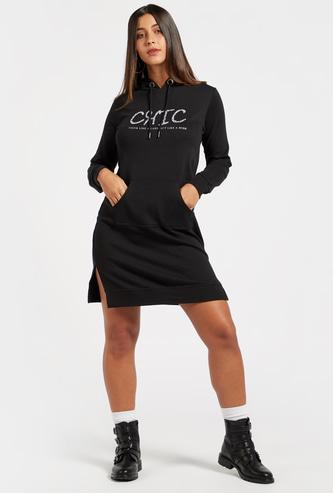 فستان سويت شيرت مزين بطول الركبة وبأكمام طويلة وقبعة