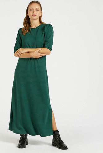 فستان طويل سادة بياقة مستديرة وأكمام قصيرة