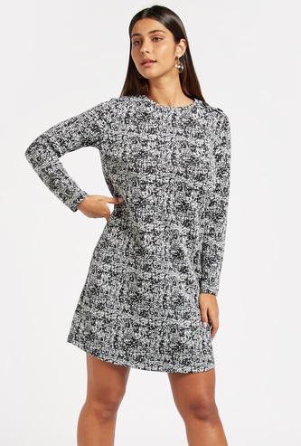 فستان واسع بملمس جاكار وبأكمام طويلة وتفاصيل أزرار