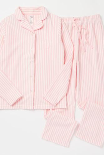 طقم بنطلون بيجاما وقميص نوم بأكمام طويلة وطبعات مخططة