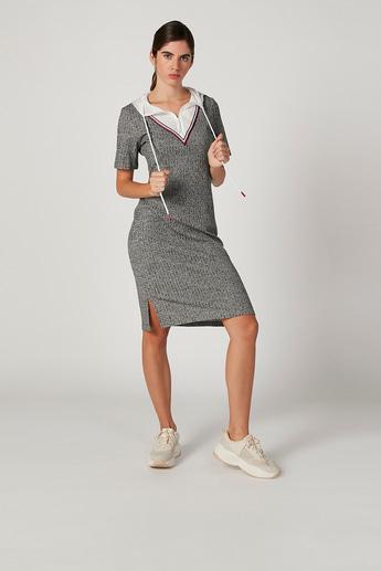 فستان ميدي واسع بارز الملمس بقبّعة وأكمام قصيرة من آيكونيك