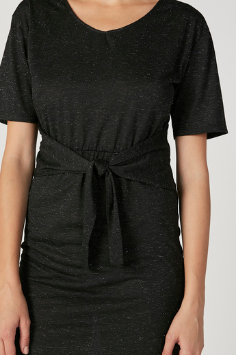 فستان إيه لاين متوسّط الطّول بطبعات مع ياقة V وأربطة من بوسيني