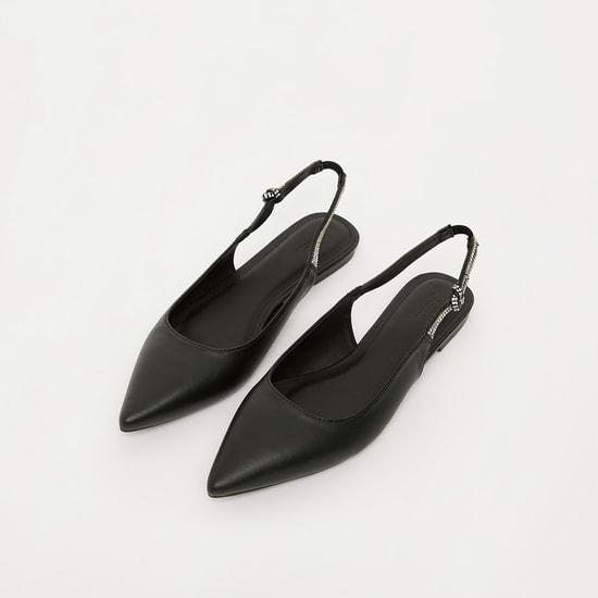 حذاء مسطح مزيّن بمقدمة مدبّبة وإغلاق مرن