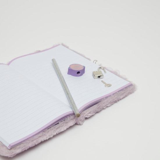دفتر ملاحظات قطيفة بتفاصيل مزينة مع قلم رصاص وقفل