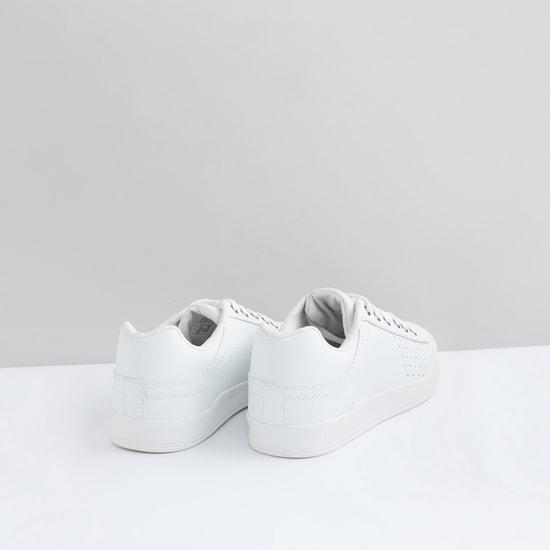 حذاء رياضي مثّقب برباط ودرزات