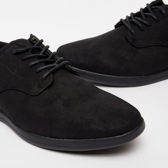 حذاء سادة برباط ولسان سحب خلفي