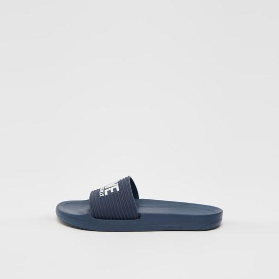 حذاء خفيف بحزام بارز الملمس وطبعات منقوشة