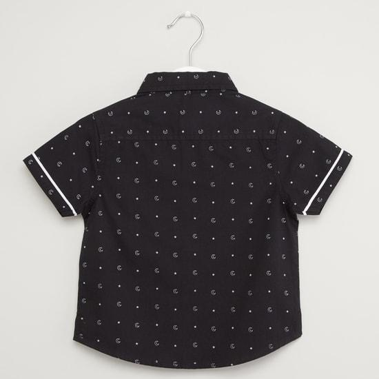 قميص بياقة عادية وأكمام قصيرة وفيونكة