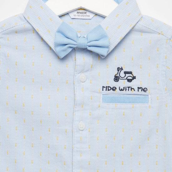 قميص بارز الملمس مزين ببابيون وأكمام قصيرة وأزرار إغلاق