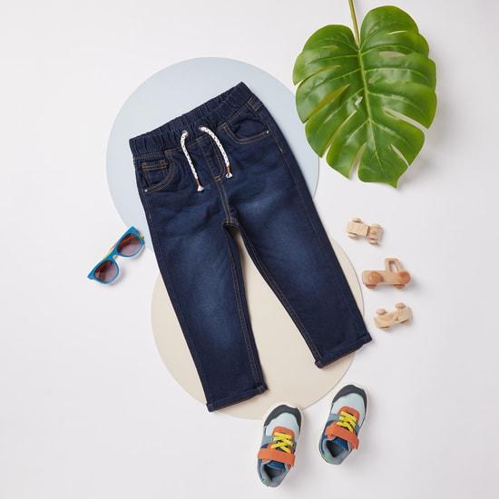 بنطلون جينز سادة بتفاصيل جيوب ورباط اغلاق