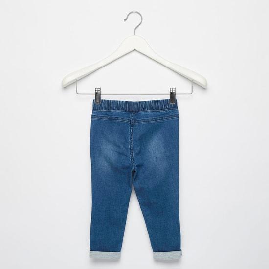 بنطلون جينز طويل بتفاصيل مُطرّزة وجيوب