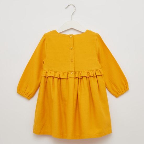 فستان مطرز بياقة مستديرة وأكمام طويلة