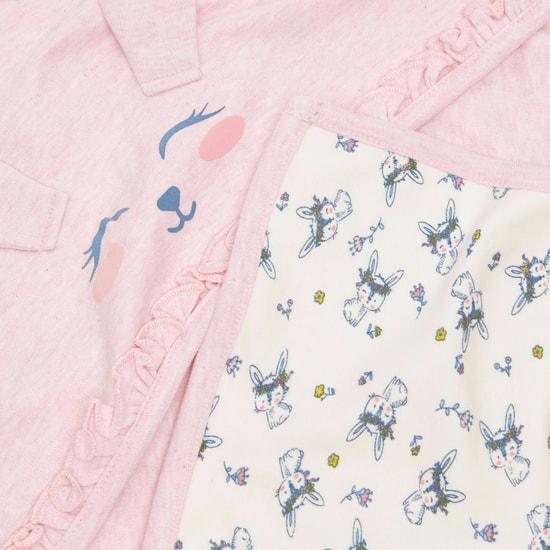 بطانية لحديثي الولادة بطبعات مع غطاء مزين بتفاصيل مزخرفة