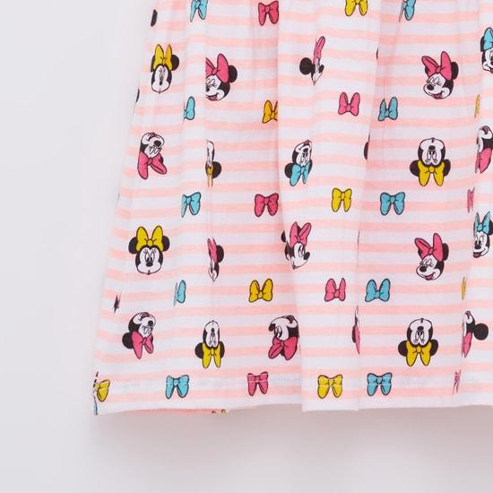 فستان بياقة مستديرة وأكمام كاب وطبعات ميني ماوس