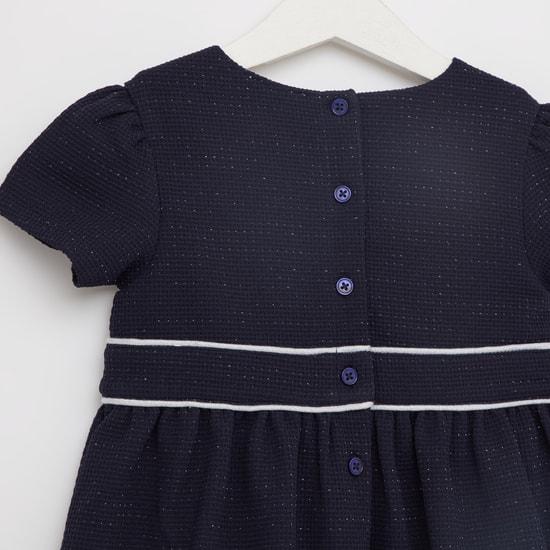 فستان بارز الملمس بأكمام قصيرة
