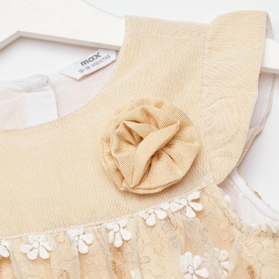فستان مطرز بالزهور مع تفاصيل زهرية
