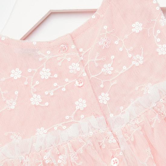 فستان دون أكمام بطبقات وتفاصيل دانتيل وتفاصيل أزهار