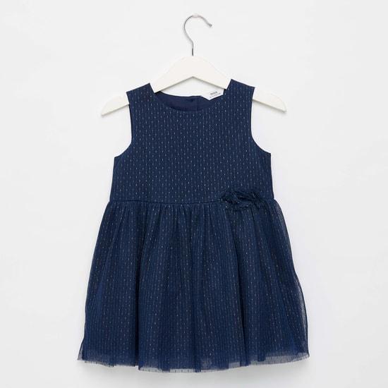 فستان بتفاصيل شبكية دون أكمام وياقة مستديرة