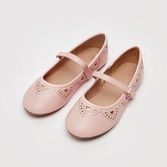 حذاء ماري جين بارز الملمس بشريط إغلاق لاصق