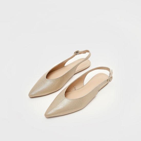 حذاء بمقدمة مدببة بارز الملمس سهل الارتداء بإبزيم إغلاق