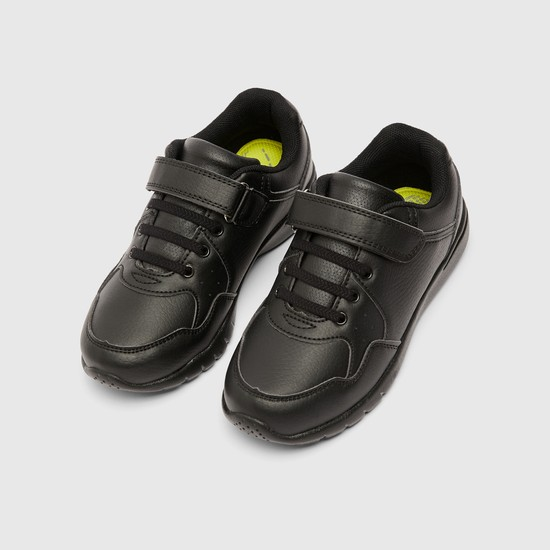 حذاء سنيكرز مثقّب بخطّاف وحلقة إغلاق