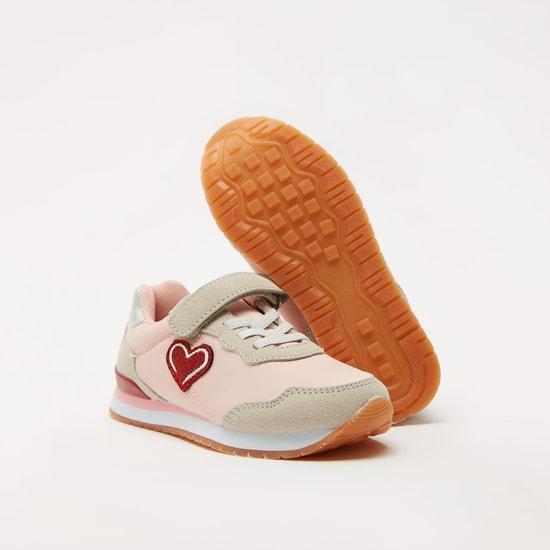 حذاء سنيكرز بارز الملمس بخطّاف وحلقة إغلاق