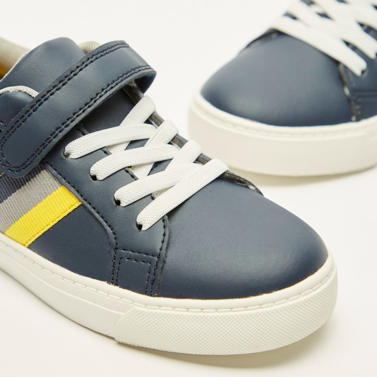 حذاء سنيكرز بألواح وخطّاف وحلقة إغلاق