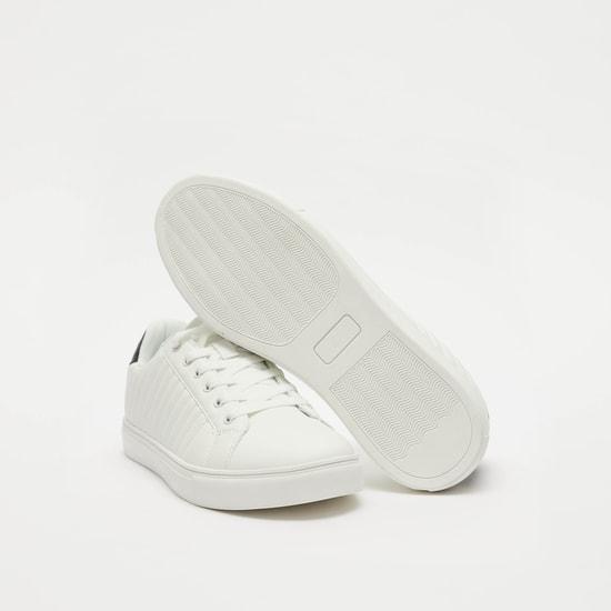حذاء سنيكرز مبطّن برباط ودرزات