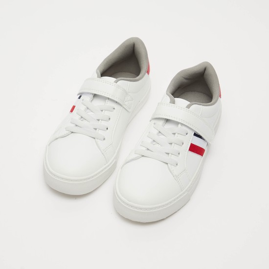 حذاء رياضي مخطط بشريط إغلاق