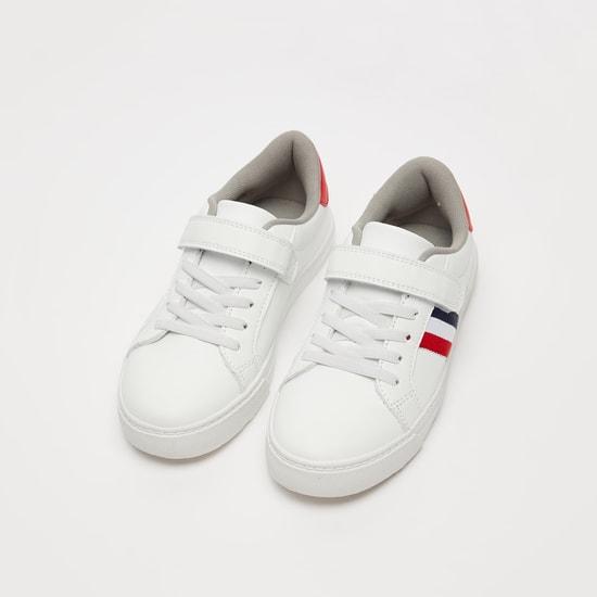 حذاء سنيكرز مخطط مع خطّاف وحلقة إغلاق