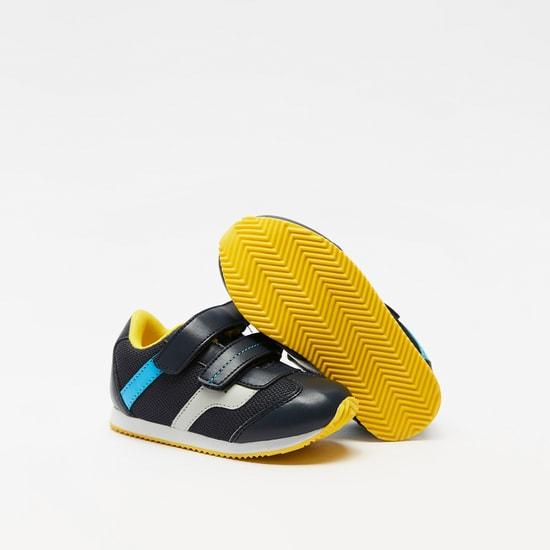 حذاء بارز الملمس بخطّاف وشريط إغلاق