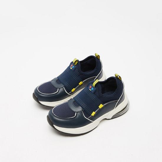 حذاء مشي سهل الارتداء بارز الملمس وبلسان سحب