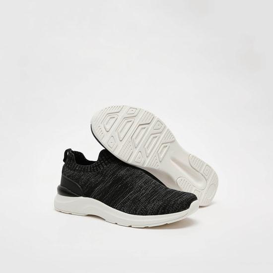 حذاء سنيكرز بارز الملمس بلسان سحب
