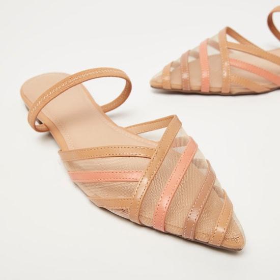 حذاء بمقدمة مدببة وأحزمة متعدد