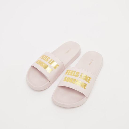 حذاء خفيف بطبعات نصيّة