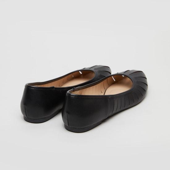 حذاء باليرينا سادة بمقدمة مدببة وتفاصيل مفرغة