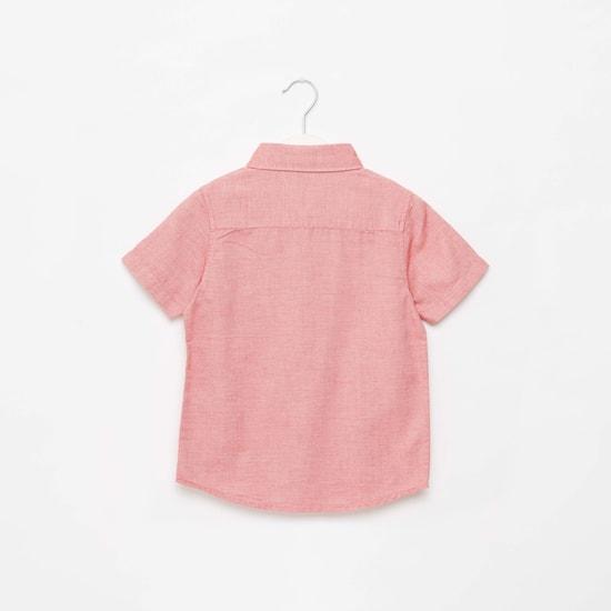 قميص بارز الملمس بأكمام قصيرة وتفاصيل مزخرفة وجيب خارجي