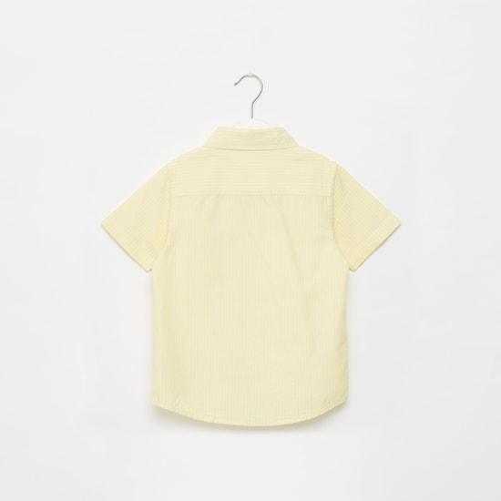 قميص مخطط بأكمام قصيرة وزر إغلاق