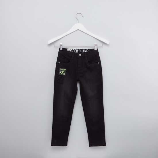 بنطلون جينز طويل مُطرّز بتفاصيل جيوب
