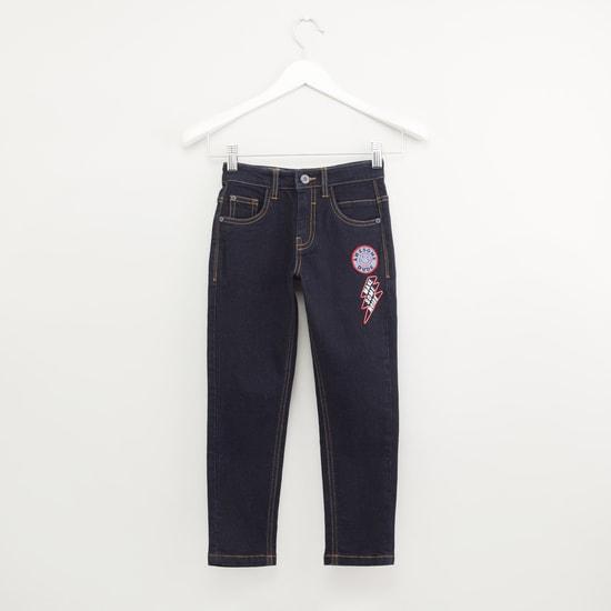 بنطلون جينز بجيوب وحلقات حزام وطبعات