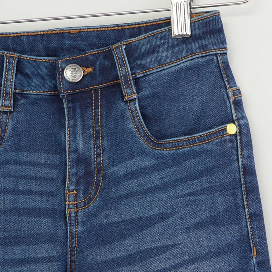 بنطلون جينز بتفاصيل جيوب وزر إغلاق بتفاصيل مزخرفة