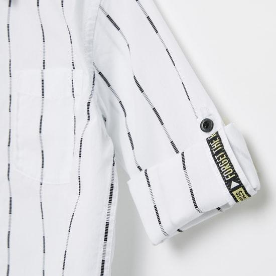 قميص مقلّم بأكمام طويلة وياقة عادية بأزرار