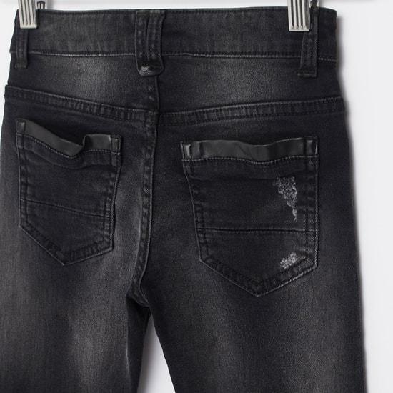 بنطلون جينز ممزّق بجيوب وطبعات