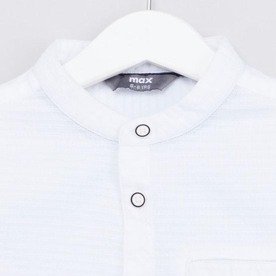 قميص بارز الملمس بياقة ماندارين وأكمام طويلة