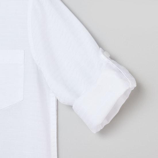 قميص بارز الملمس بياقة عاديّة وأكمام طويلة وجيب خارجي