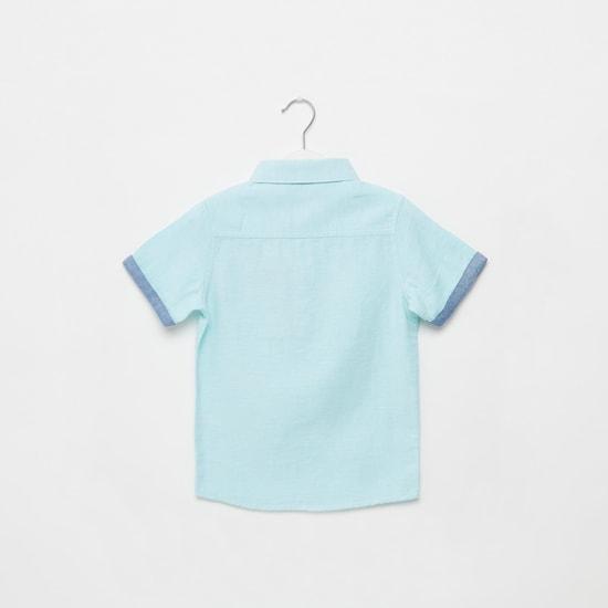 قميص بارز الملمس بأكمام قصيرة