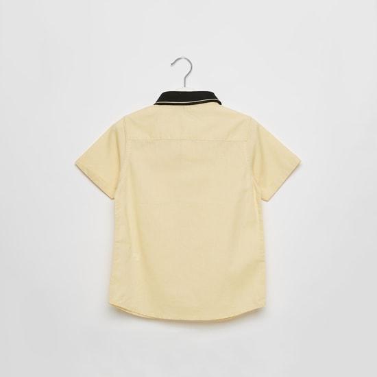 قميص أكسفورد بأكمام قصيرة وجيب خارجي